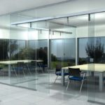 Скляна автоматична розсувна система дверей у виконанні італійської фурнітури Metalglas на скляній перегородці