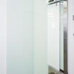 Автоматичні розсувні двері з матовим гартованим склом