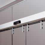 Скляна автоматична розсувна система дверей у виконанні німецької фурнітури Dorma на скляній перегородці